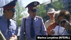 Полиция қызметкерлері жиналғандардың плакаттарын алуға әрекеттеніп жатыр. Семей, 28 сәуір 2012 год.