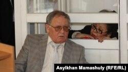 Подсудимая Кульпаш Утемисова общается со своим адвокатом Владимиром Поповым. Алматы, 5 мая 2014 года.