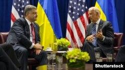 Президент України Петро Порошенко (ліворуч) під час зустрічі з віце-президентом США Джозефом Байденом у Нью-Йорку. Вересень 2015 року