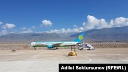 Самолет авиакомпании Uzbekistan Airways в международном аэропорту «Иссык-Куль» в селе Тамчы.