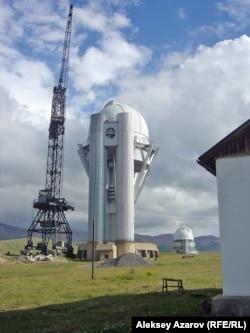 Асы-Түрген обсерваториясы. Алдыңғы қатарда – құрылысы бітпеген 1,5 метрлік телескоп мұнарасы. Артқы қатардағы – жұмыс істеп тұрған бір метрлік телескоп мұнарасы. Алматы облысы, 2011 жылдың жазы.