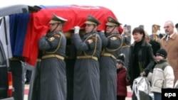 Неизвестно, как он выглядел, какое у него было звание, как и где он умер. Директор архива болгарской службы разведки Божидар Дойчев ушел из жизни, унося с собой не только тайны коммунистического режима, но и тайну собственной смерти