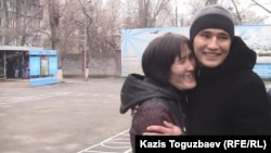 20-летний призывник из Алматы Ербол Абдыкеров прощается с матерью.