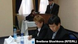 Нурдаулет Коктаев (на заднем плане), юрист филиала Казахстанского бюро по правам человека, читает доклад. Евгений Цай (справа), заместитель директора организации «Қамқорлық». Астана, 13 ноября 2012 года.