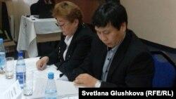 «Қамқорлық» ұйымының жетекшісі Евгений Цай (оң жақта). Астана, 13 қараша 2012 жыл.