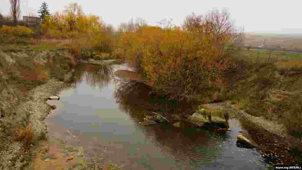 Річка Біюк-Карасу на околиці села Вишенного (кримськотатарська назва Мишаш). За нею починається археологічний парк «Ак-Кая»