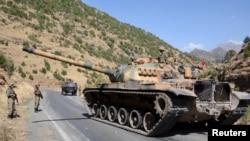 Турецкий танк на охране дороги в провинции Сирнак. 28 сентября 2015 года.