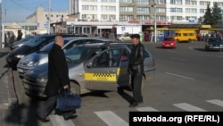 Таксі на прывакзальнай плошчы ў Гомелі