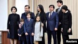 Шавкат Мирзияев (второй слева), премьер-министр Узбекистана и исполняющий обязанности президента, позирует для фото вместе с членами своей семьи на избирательном участке. Ташкент, 4 декабря 2016 года.