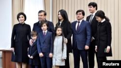 Өзбекстандын президенти үй-бүлөсү менен.