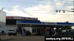 У автозаправочной станции в Алматы. Иллюстративное фото.