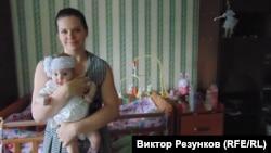Бывшая сотрудница ООО «Интернет-исследования» Ольга Мальцева с ребенком