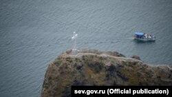 Мармуровий хрест, який встановили на скелі біля мису Фіолент