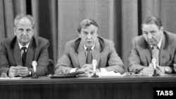 ГКЧП мүшелері (солдан оңға): СССР ішкі істер министрі Борис Пуго, СССР вице-президенті Геннадий Янаев және СССР қорғаныс кеңесі төрағасының бірінші орынбасары Олег Бакланов баспасөз мәслихатында. Мәскеу, 19 тамыз 1991 жыл.