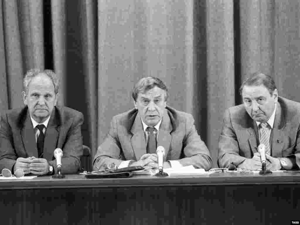 Члени ДКНС на прес-конференції у Москві, на якій журналісти з цікавістю стежили за тремтячими руками виконувача обов'язків президента СРСР Геннадія Янаєва (в центрі). 19 серпня 1991 року