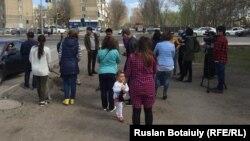 Дүкендерінің сүрілгеніне наразы гүл сатушылар. Астана, 19 сәуір 2016 жыл.
