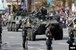 Бронетранспортеры и другая военная техника, показанные на Крещатике 24 августа 2014 года, а также некоторые участники отправились после парада на передовую в Донбасс