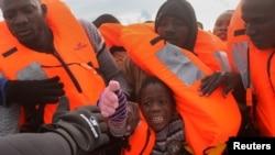 Спасённые в Средиземном море беженцы. Иллюстративное фото.