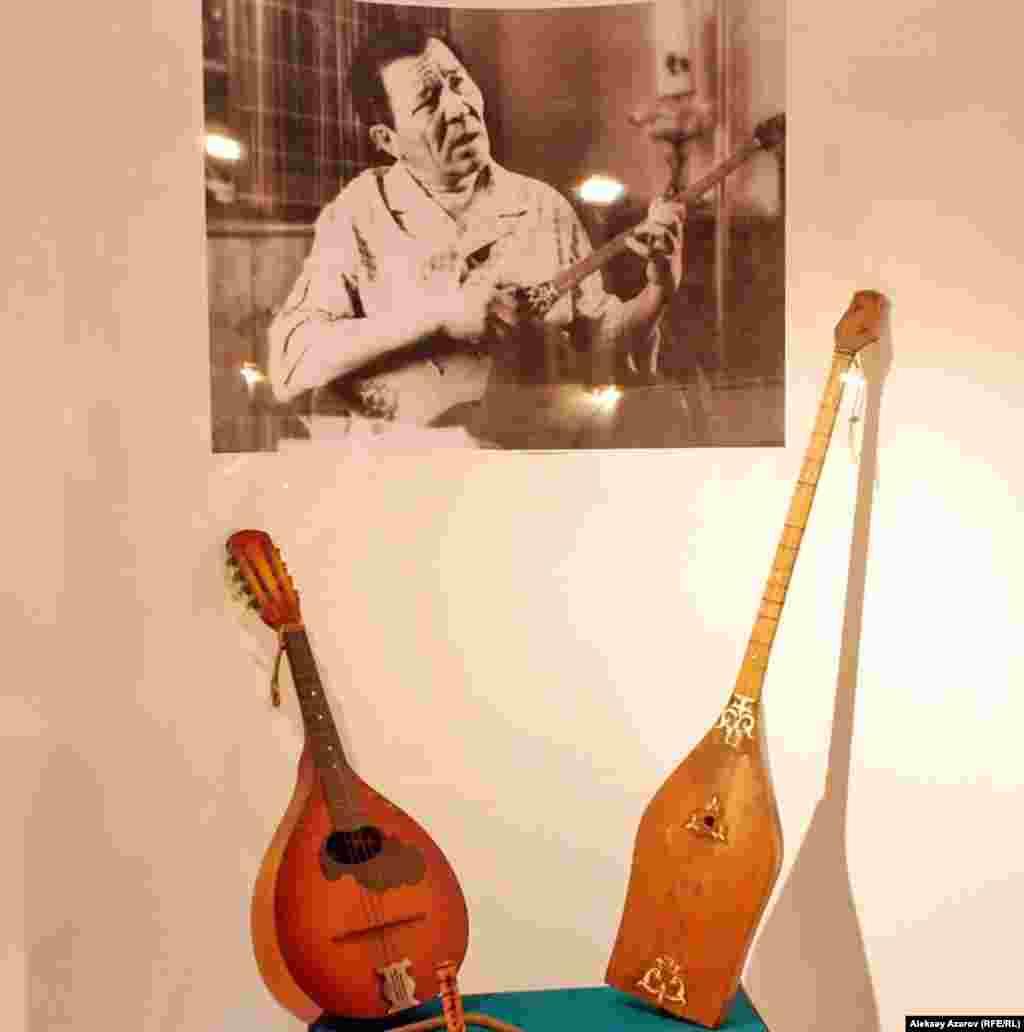 Шакен Айманов любил играть на домбре, мандолине. По рассказам, с домброй он никогда не расставался. Как вспоминает Касым Бегалин, во время одной из поездок Шакен Айманов исполнил одну и ту же мелодию на пяти разных музыкальных инструментах.