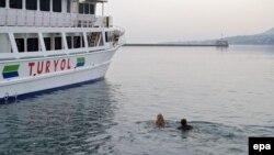Aktivisti se u znak protesta okačili o sidro trajekta u pokušaju da spreče njegovo isplovljavanje, Lezbos, 8. april