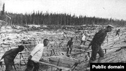 Prisoners at work in the gulag during the 1930s