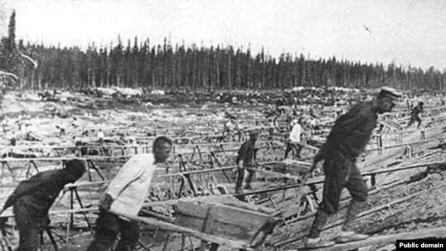 Prisoners work in a gulag in the 1930s.