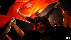 Түркия билігін қолдаушылар шеруде тұр. Стамбул, 17 шілде 2016 жыл.