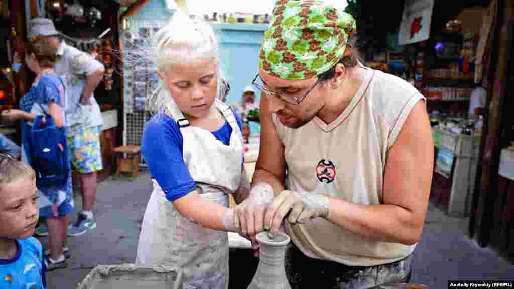 Особый интерес у детворы вызывают мастер-классы по гончарному искусству