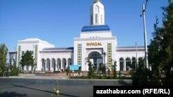 Aşgabadyň demirýol wokzaly. Aşgabat, 2011.