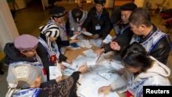 Дауыс беру аяқталған соң сайлау учаскелерінің бірінде бюллетеньдер саналып жатыр. Ош, Қырғызстан, 30 қазан 2011 ж.