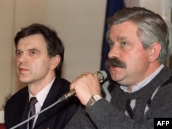 Soviet Parliament Chairman Ruslan Khasbulatov (left) and Vice Chairman Aleksandr Rutskoi address media inside the White House on October 1, 1993.