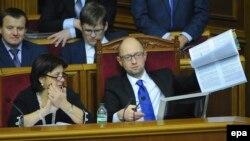 Прем'єр-міністр Арсеній Яценюк тримає проект Держбюджету на 2015 рік. Київ, 29 грудня 2014 року