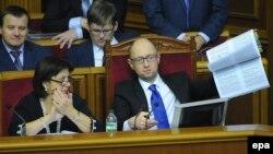 Міністр фінансів Наталія Яресько та прем'єр Арсеній Яценюк під час ухвалення держбюджет-2015, грудень 2015 року
