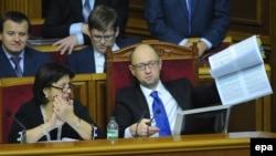 Прем'єр-міністр України Арсеній Яценюк демонструє депутатам Верховної Ради проект бюджету-2015. 29 грудня 2014