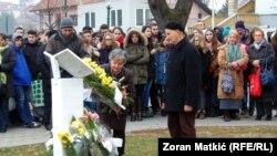 I ove, kao i prethodnih godina građani Gradačaca, prigodnim govorima i polaganjem cvijeća prisjetili su se tragičnog događaja