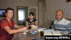 Правозащитник Абдурешит Джеппаров с родными пропавшего Лемара Алядинова. Крым, Первомайский район, 6 ноября 2017 года