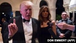 ԱՄՆ ընտրյալ նախագահ Դոնալդ Թրամփը կնոջ՝ Մելանիա Թրամփի հետ, Փալմ Բիչ, Ֆլորիդա, 31-ը դեկտեմբերի, 2016թ.