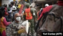 Жер сілкінісінен кейінгі құтқару-іздестіру жұмыстары. Мехико, 20 қыркүйек 2017 жыл.