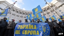 """Демонстранты перед зданием Кабинета министров Украины держат плакат, на котором написано: """"Украина - это Европа"""""""""""