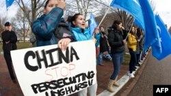 Ілюстраційне фото: уйгурські активісти на демонстрації у Вашингтоні, США, вимагають від Китаю «припинити переслідування уйгурів», 2011 рік