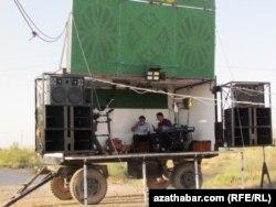 Түркіменстан ауылдарында үйлену тойында музыканттар осындай прицептің үстін сахна ретінде пайдаланады
