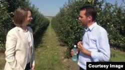 Diplomata Kara McDonald discutînd cu un agricultor moldovean