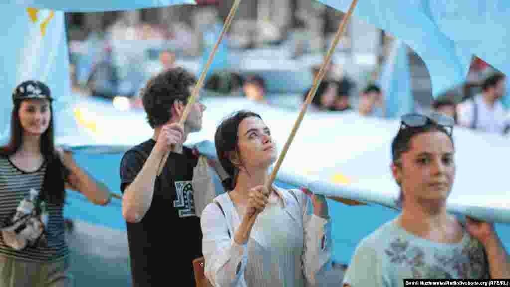 40-метровый флаг с небесного цвета с золотой тамгой принесли к Майдану Независимости