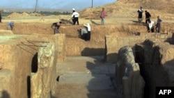 Нимрудтың тарихи орындарын тазалап жүрген жұмысшылар. 17 шілде 2001 жыл.