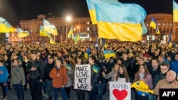 Ukraine -- Pro-Ukrainian activists sing the state anthem during q rally in the center of the eastern city of Kharkiv, March 6, 2014