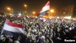 Kairiň Tahrir meýdançasynda müsürli protestçiler harby geňeşiň dolandyryşyna garşy protest bildirýärler. Kair, 20-nji iýun, 2012.