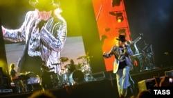 Pamje nga një koncert i grupit Guns n' Roses.
