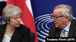 Președintele Comisiei Europene, Jean-Claude Juncker, cu primul ministru Theresa May la conferința de presă de la Strasbourg, 11 martie 2019