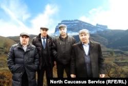 Мустафа Хайбулаев (крайний справа) с односельчанами, ветеранами войны в Афганистане