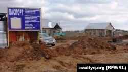 Дом в микрорайоне Нурсат, где власти планируют строительство административно-делового центра. Шымкент, апрель 2014 года.